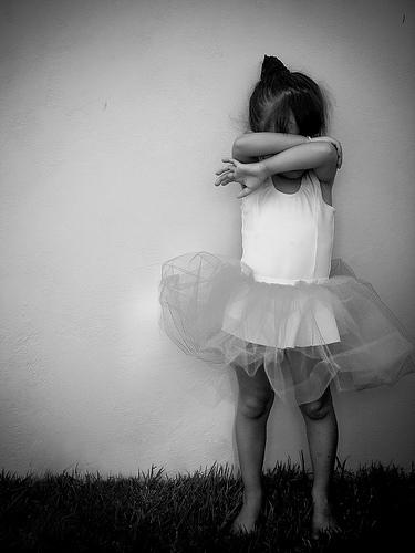 フリー画像| 人物写真| 子供ポートレイト| 外国の子供| 少女/女の子| 泣き顔| バレエ/バレリーナ| モノクロ写真|