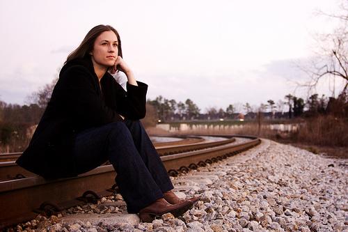 フリー画像| 人物写真| 女性ポートレイト| 白人女性| 頬杖/頬づえ| 線路/鉄道|