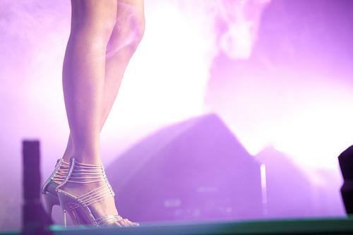 フリー画像| 人物写真| 女性ポートレイト| 足| ライブ風景| 紫色/パープル|      フリー素材|