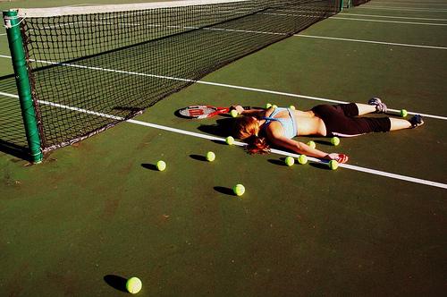 フリー画像| 人物写真| 一般ポートレイト| スポーツ| テニス| 倒れる| 寝顔/寝相/寝姿|     フリー素材|