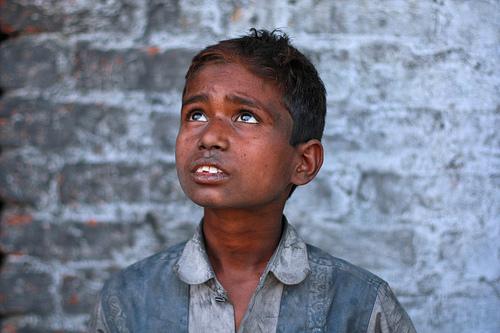 フリー画像| 人物写真| 子供ポートレイト| 外国の子供| 少年/男の子| 見上げる| インド人|     フリー素材|
