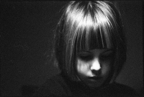 フリー画像| 人物写真| 子供ポートレイト| 外国の子供| 少女/女の子| モノクロ写真| 憂鬱/メランコリー|     フリー素材|