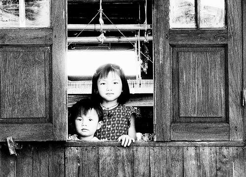 フリー画像| 人物写真| 子供ポートレイト| 外国の子供| 少女/女の子| 男の子| 兄弟/姉妹| モノクロ写真| ミヤンマー人|   フリー素材|