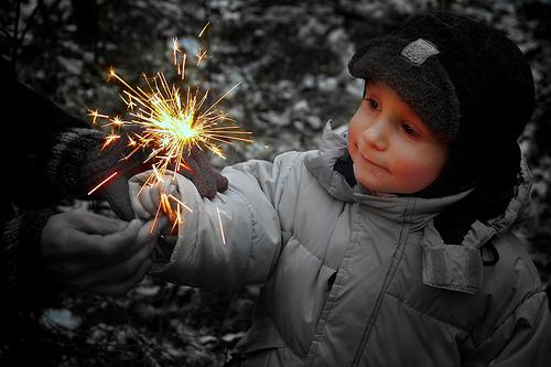 フリー画像| 人物写真| 子供ポートレイト| 外国の子供| 少年/男の子| 花火| 線香花火|     フリー素材|