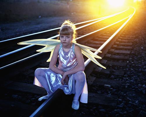フリー画像| 人物写真| 子供ポートレイト| 外国の子供| 少女/女の子| 妖精/フェアリー| 夕日/夕焼け/夕暮れ| 線路/鉄道|    フリー素材|