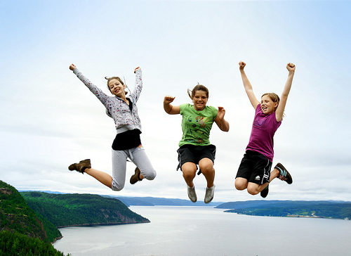 フリー画像| 人物写真| 子供ポートレイト| 外国の子供| 少女/女の子| 跳ぶ/ジャンプ| 友達|     フリー素材|