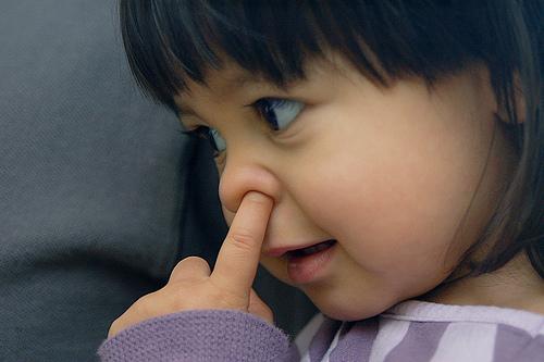 フリー画像| 人物写真| 子供ポートレイト| 外国の子供| 少女/女の子| 鼻をほじる|      フリー素材|