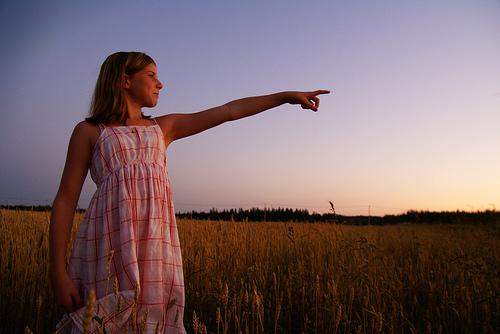 フリー画像| 人物写真| 子供ポートレイト| 外国の子供| 少女/女の子| 指を指す| 小麦畑| 夕日/夕焼け/夕暮れ|    フリー素材|