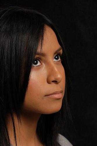 フリー画像| 人物写真| 女性ポートレイト| ラテン系女性| 黒髪| 見上げる|      フリー素材|