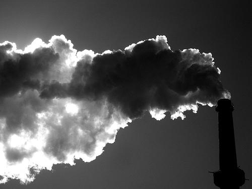 フリー画像| 人工風景| 工場の風景| 煙突| 煙/スモーク| 大気汚染| 環境汚染| アメリカ風景| モノクロ写真|   フリー素材|
