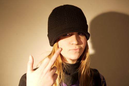 フリー画像|人物写真|女性ポートレイト|白人女性|挑発|ファックユー|帽子|フリー素材|