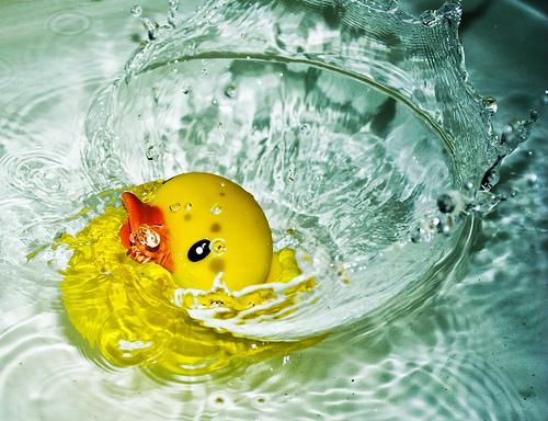 フリー画像| 物/モノ| おもちゃ/トイ| アヒルの人形| 水しぶき|       フリー素材|
