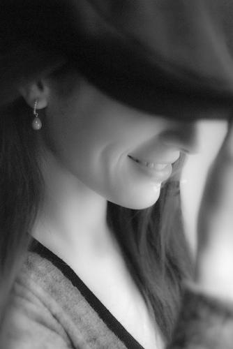 フリー画像| 人物写真| 女性ポートレイト| 笑顔/スマイル| 帽子| モノクロ写真|      フリー素材|