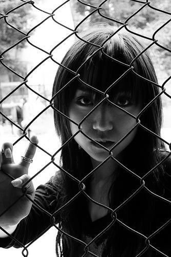 フリー画像| 人物写真| 女性ポートレイト| 白人女性| アジア女性| 金網/フェンス| モノクロ写真|     フリー素材|