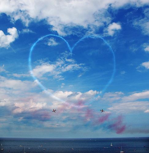 フリー画像| 人工風景| 飛行機雲| ハート| 青色/ブルー| 空の風景|