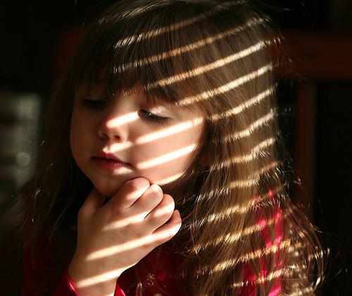 フリー画像| 人物写真| 子供ポートレイト| 少女/女の子| 外国の子供| 考える/悩む| 目を閉じる|