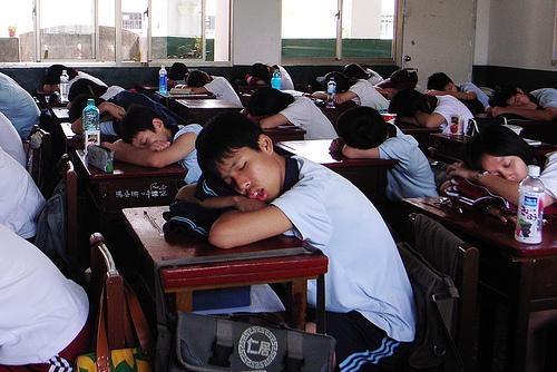 フリー画像| 人物写真| 子供ポートレイト| 寝顔/寝相/寝姿| 学校| 教室| 学生/生徒|