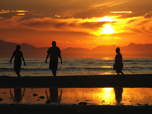 フリー画像| 人物写真| 一般ポートレイト| シルエット| ビーチ/海辺| 海の風景| 夕日/夕焼け/夕暮れ| 橙色/オレンジ|