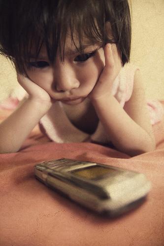フリー画像| 人物写真| 子供ポートレイト| 少女/女の子| 頬杖/頬づえ| 携帯電話|      フリー素材|