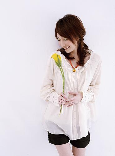 フリー画像| 人物写真| 女性ポートレイト| アジア女性| 一輪の花| チュニック| ショートパンツ|