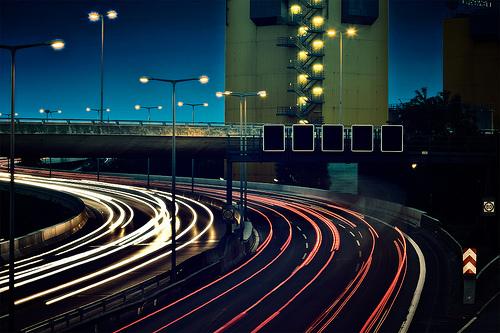 フリー画像| 人工風景| 建造物/建築物| 道の風景| 街の風景| 夜景| テールランプ|
