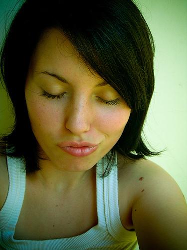 フリー画像| 人物写真| 女性ポートレイト| 白人女性| キス顔| キス/KISS| 黒髪| 目を閉じる|