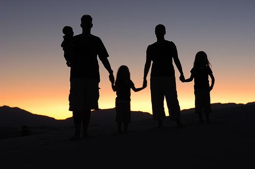 フリー画像| 人物写真| 一般ポートレイト| シルエット| 親子/家族| 夕日/夕焼け/夕暮れ|