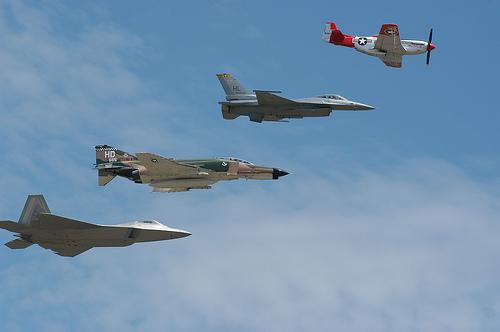 フリー画像| 航空機/飛行機| 軍用機| 戦闘機| F-22 ラプター| F-16 ファイティング・ファルコン| F-4 ファントムII| P-51 マスタング| F-22 Raptor| F-16 Fighting Falcon| P-51 Mustang|
