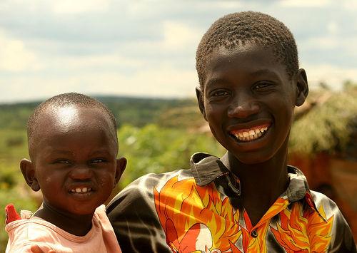 フリー画像| 人物写真| 子供ポートレイト| 外国の子供| アフリカの子供| 少年/男の子| 兄弟/姉妹| 笑顔/スマイル| ウガンダ人|   フリー素材|