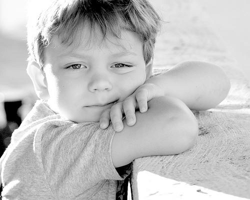 フリー画像| 人物写真| 子供ポートレイト| 少年/男の子| 外国の子供| モノクロ写真|