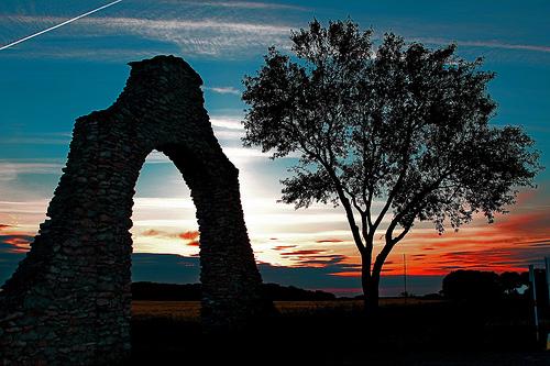 フリー画像| 人工風景| 建造物/建築物| 門/ゲート| 樹木の風景| 夕日/夕焼け/夕暮れ| 飛行機雲| スペイン風景|
