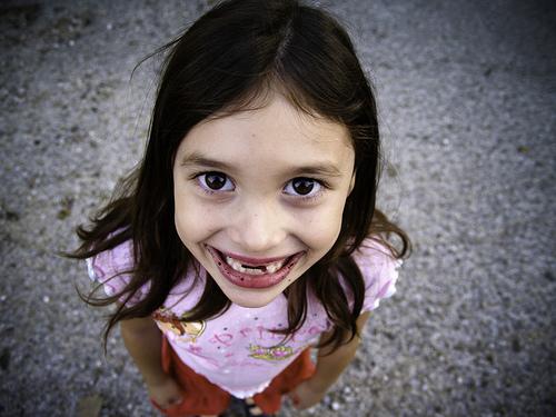 フリー画像| 人物写真| 子供ポートレイト| 少女/女の子| 外国の子供| 見上げる|
