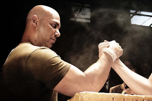 フリー画像  人物写真  男性ポートレイト  外国人男性  腕相撲/アームレスリング  スポーツ 