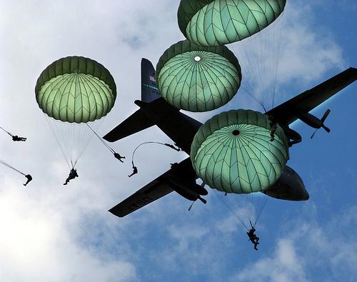 フリー画像| 戦争写真| 兵士/ソルジャー| 人物写真| アメリカ軍兵士| 落下傘部隊| 航空機/飛行機| 軍用機| 輸送機| パラシュート|