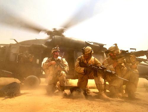 フリー画像| 戦争写真| 兵士/ソルジャー| 人物写真| アメリカ軍兵士| 軍用ヘリ| ヘリコプター|