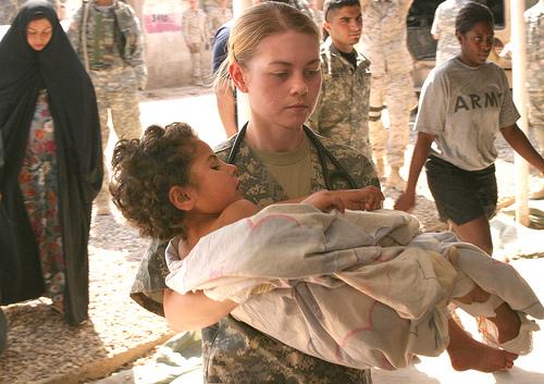 フリー画像| 戦争写真| 犠牲者| 子供ポートレイト| 人物写真| アメリカ軍兵士| イラク風景|