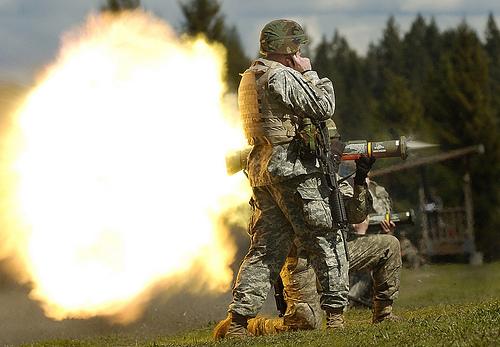 フリー画像| 戦争写真| 兵士/ソルジャー| 人物写真| アメリカ軍兵士| AT4 携行対戦車弾| ミサイル|