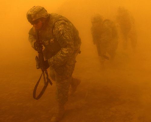 フリー画像| 戦争写真| 兵士/ソルジャー| 人物写真| アメリカ軍兵士| 砂嵐/サンドストーム| 橙色/オレンジ| イラク風景|