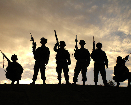 フリー画像| 戦争写真| 兵士/ソルジャー| 人物写真| アメリカ軍兵士| シルエット| 夕日/夕焼け/夕暮れ|