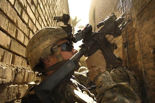 フリー画像  戦争写真  兵士/ソルジャー  人物写真  アメリカ軍兵士  アメリカ人  ライフル銃/武器