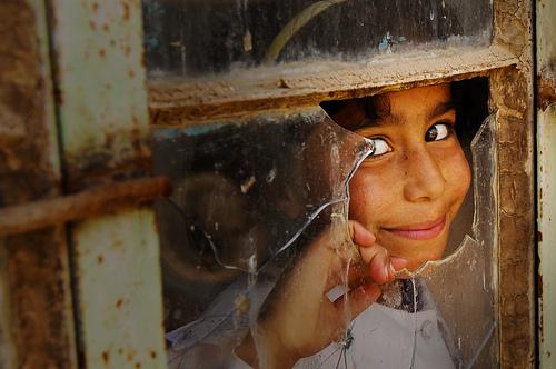 フリー画像| 人物写真| 子供ポートレイト| 少女/女の子| 外国の子供| イラク人| 窓辺の風景| 覗く/見る|