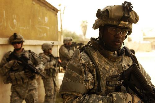 フリー画像  戦争写真  兵士/ソルジャー  人物写真  アメリカ軍兵士  黒人  イラク風景 