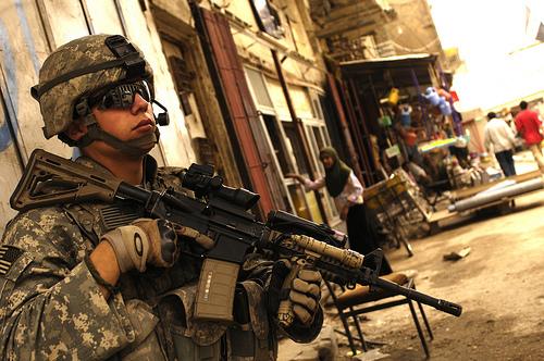 フリー画像| 戦争写真| 兵士/ソルジャー| 人物写真| アメリカ軍兵士| イラク風景| ライフル銃| 銃器|