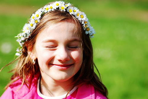 フリー画像| 人物写真| 子供ポートレイト| 少女/女の子| 外国の子供| 花飾り| 目を閉じる|