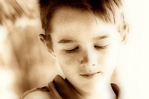 フリー画像| 人物写真| 子供ポートレイト| 少年/男の子| 外国の子供| セピア| 目を閉じる|