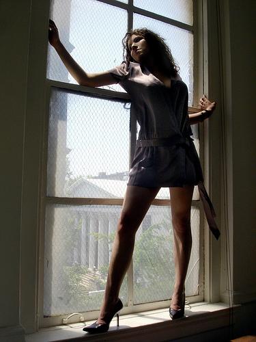 フリー画像| 人物写真| 女性ポートレイト| 白人女性| ワンピース| 窓辺の風景| ハイヒール|