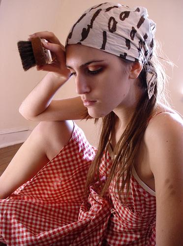 フリー画像| 人物写真| 女性ポートレイト| 白人女性| バンダナ| 掃除| ワンピース|