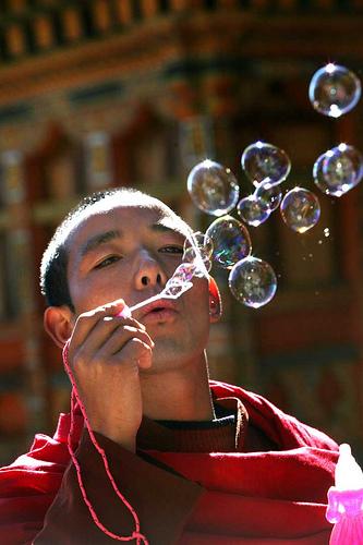 フリー画像| 人物写真| 男性ポートレイト| 外国人男性| お坊さん/僧侶| しゃぼん玉/シャボン玉| ブータン人|