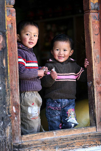 フリー画像| 人物写真| 子供ポートレイト| 少年/男の子| 外国の子供| 兄弟/姉妹| ブータン人|