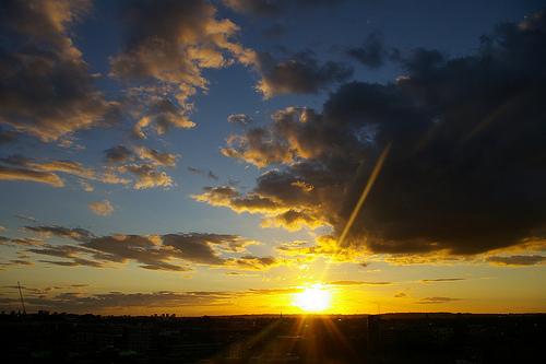 フリー画像| 自然風景| 空の風景| 夕日/夕焼け/夕暮れ| 太陽光線|